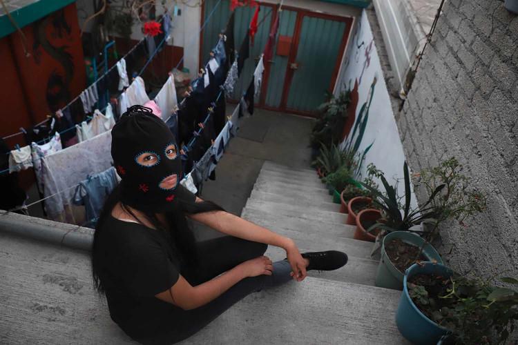 """Motivada por el aumento de la violencia doméstica durante los encierros del COVID-19, Carolina Aguilar Navarrete se unió a otras mujeres en una nueva forma de resistencia. """"No era un buen momento para salir a la calle y protestar, pero teníamos que hacerlo""""."""