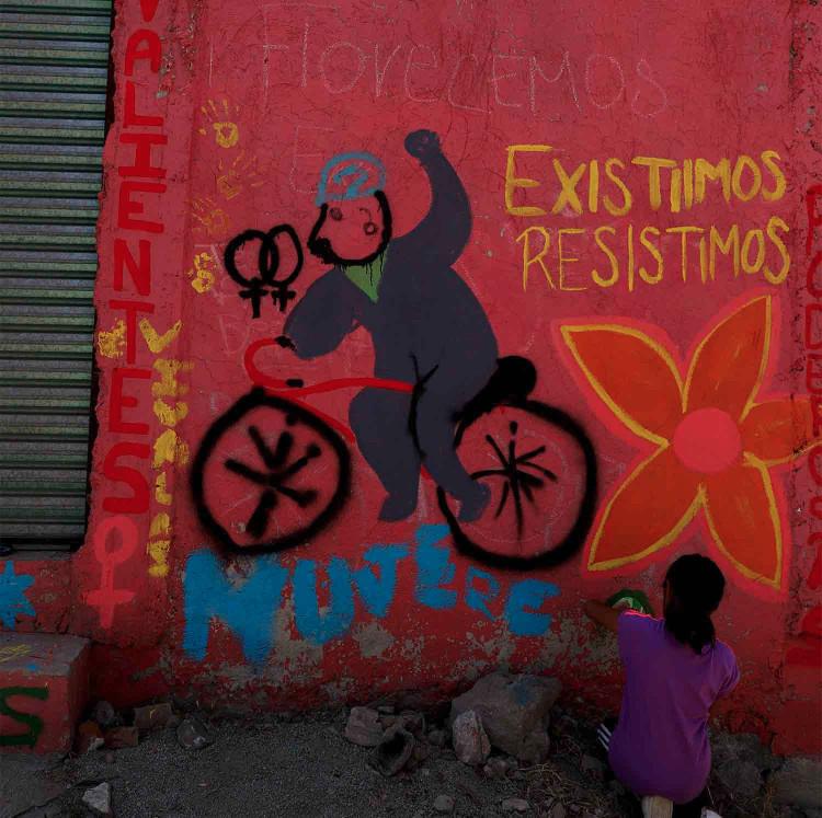 Por temor a más violencia por parte de la policía, las activistas de la periferia han recurrido a otras formas de protesta, como el arte y las interpretaciones.